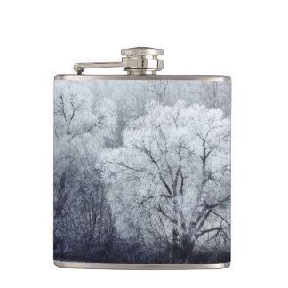 Flasques Le paysage brumeux d'hiver avec la neige a couvert