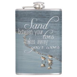 Flasques Sable entre votre citation de plage d'orteils
