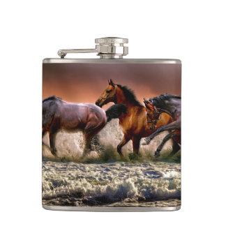 Flasques Trois chevaux trottant dans l'océan