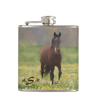 Flasques Un cheval de Brown dans un domaine avec des