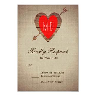 Flèche rouge rustique de coeur épousant des cartes