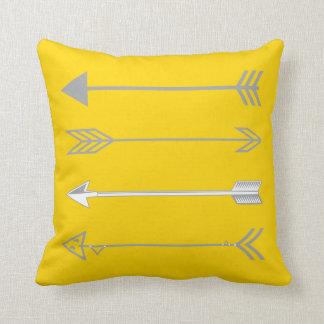 Flèches grises à la mode sur le jaune de souci coussin décoratif