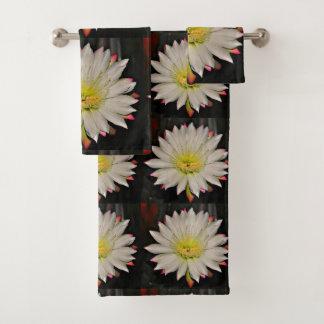Fleur blanche de cactus avec l'ensemble jaune de
