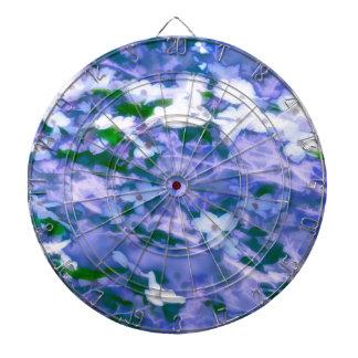 Fleur blanche de cornouiller dans le bleu jeux de fléchettes
