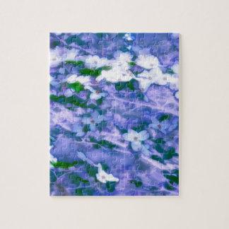 Fleur blanche de cornouiller dans le bleu puzzle
