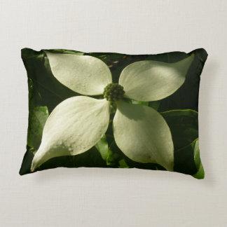 Fleur blanche de ressort de fleur ensoleillée de coussins décoratifs