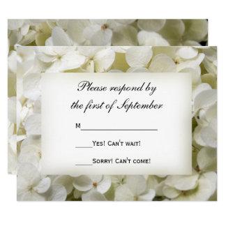 Fleur blanche d'hortensia épousant la carte de