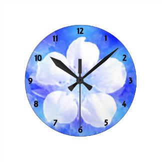 Fleur blanche sur une horloge murale bleue d'arriè