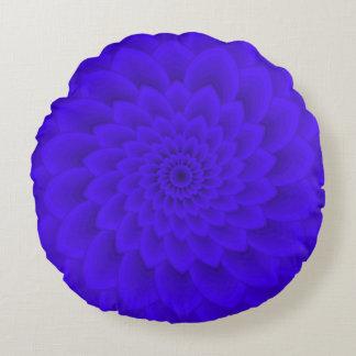 Fleur bleue de marguerite dans le coussin rond de