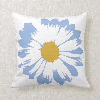 Fleur bleue sur le coussin blanc