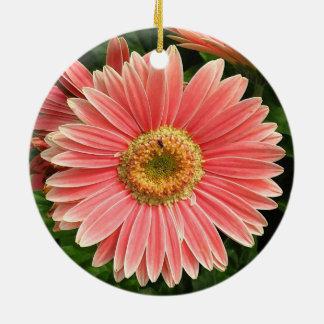 Fleur couleur pêche ornement rond en céramique