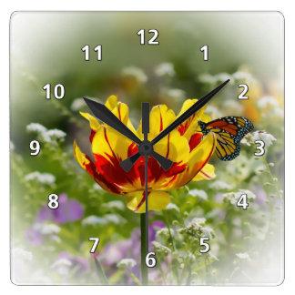 Fleur de tulipe et papillon de monarque horloge carrée