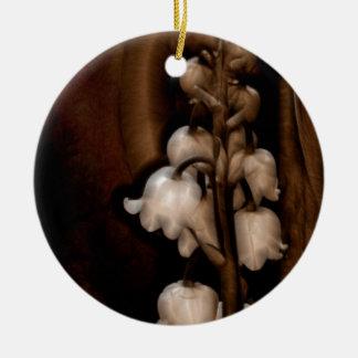 Fleur du muguet dans Brown foncé Ornement Rond En Céramique