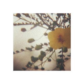 Fleur jaune dans une tempête de poussière toile