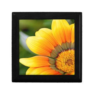 Fleur jaune petite boîte à bijoux carrée