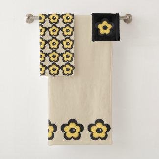 Fleur jaune rustique sur le beige noir et bronzage