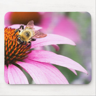 Fleur pourpre de cône avec l'abeille tapis de souris
