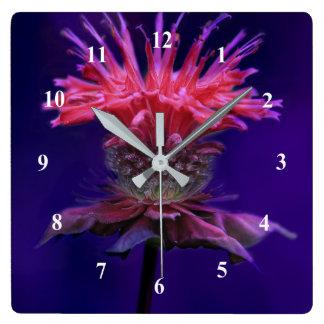 Fleur rose de baume d'abeille de vin de framboise horloge carrée