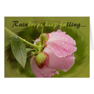 Fleur rose de pivoine avec les gouttes de pluie carte de vœux