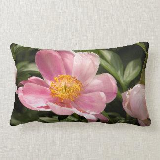 Fleur rose de pivoine entièrement ouverte coussin