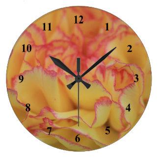 Fleur rose et jaune colorée d'oeillet grande horloge ronde