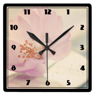 Fleur rose molle sensible de fleurs de cerisier horloge carrée