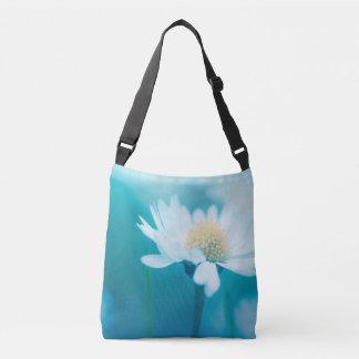 Fleur sauvage dans le bleu sac