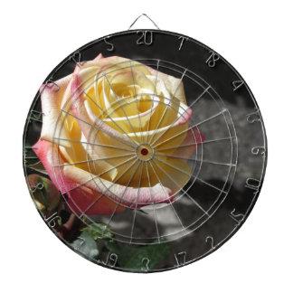 Fleur simple de rose jaune au printemps jeu de fléchettes