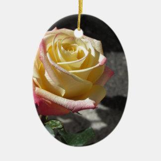 Fleur simple de rose jaune au printemps ornement ovale en céramique
