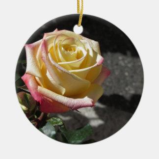 Fleur simple de rose jaune au printemps ornement rond en céramique