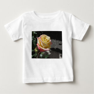 Fleur simple de rose jaune au printemps t-shirt pour bébé
