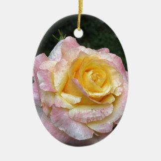 Fleur simple de rose jaune avec des gouttelettes ornement ovale en céramique