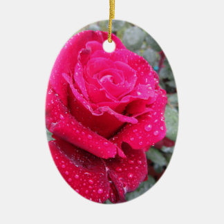 Fleur simple de rose rouge avec des gouttelettes ornement ovale en céramique
