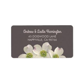 Fleurs blanches de cornouiller sur la fumée Brown Étiquette D'adresse