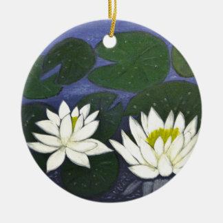 Fleurs blanches de nénuphar, peinture acrylique ornement rond en céramique