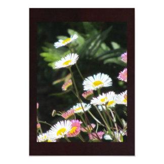 Fleurs blanches et roses carton d'invitation  12,7 cm x 17,78 cm