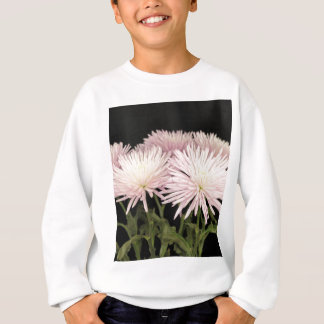 Fleurs blanches violettes de chrysanthème sur le sweatshirt