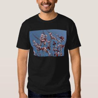 Fleurs contre le ciel bleu t-shirts