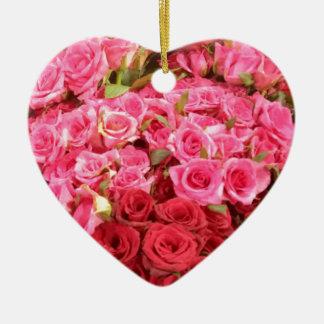 Fleurs dans les roses de Philippines, roses et Ornement Cœur En Céramique