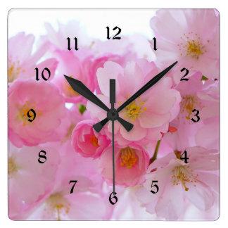 Fleurs de cerisier de rose en pastel horloge carrée