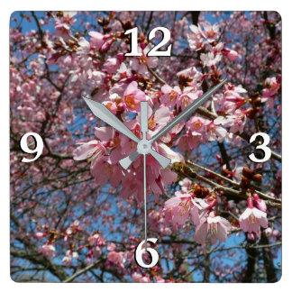 Fleurs de cerisier et ressort rose d'abeille horloge carrée