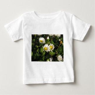 Fleurs de marguerite blanche sur l'arrière - plan t-shirt pour bébé