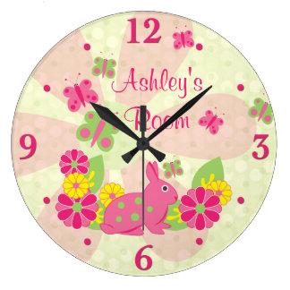 Fleurs de papillons vertes roses de lapin grande horloge ronde