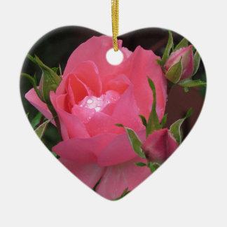Fleurs de rose de rose avec des gouttelettes d'eau ornement cœur en céramique