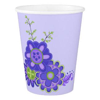 Fleurs douces et jolies de pourpres gobelets en papier