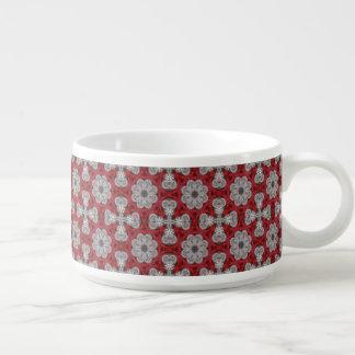 Fleurs et croix grises sur le rouge texturisé bol à chili