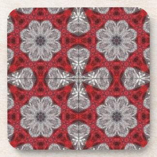 Fleurs et croix grises sur le rouge texturisé dessous-de-verre