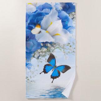 Fleurs et serviette de plage de papillons