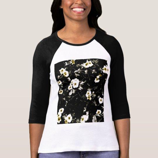 Fleurs noires sur le T-shirt