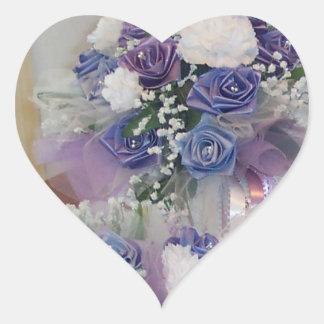 Fleurs nuptiales pourpres et bleues sticker cœur